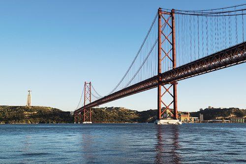 Acidente na Ponte 25 de Abril complica trânsito