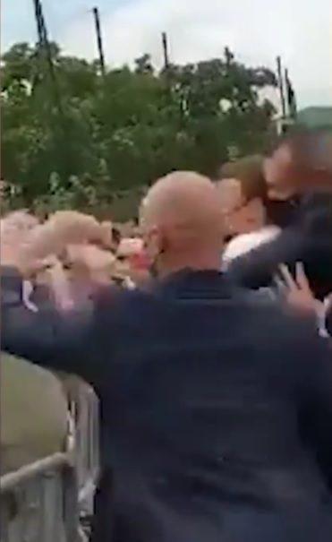 Macron agredido à chapada por um popular