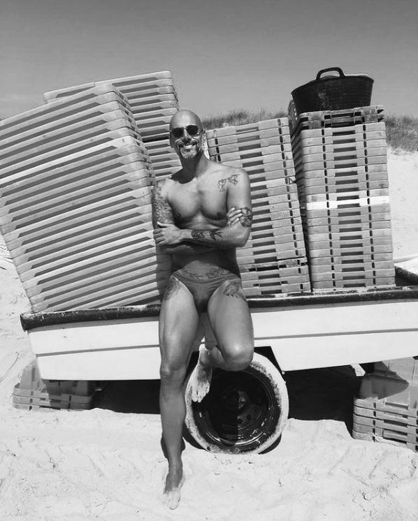 Pedro Crispim conquista elogios ao pousar de sunga