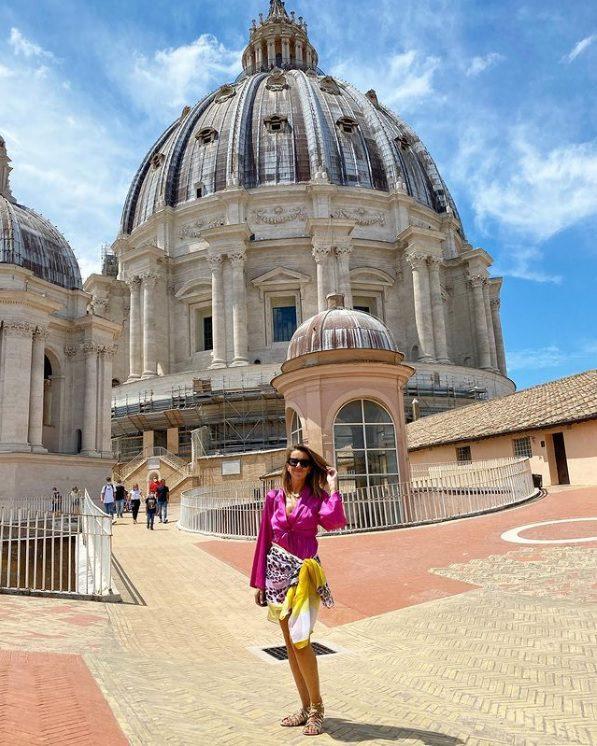 Bronca: Ana Garcia Martins impedida de entrar na Basílica de São Pedro devido a vestido demasiado curto