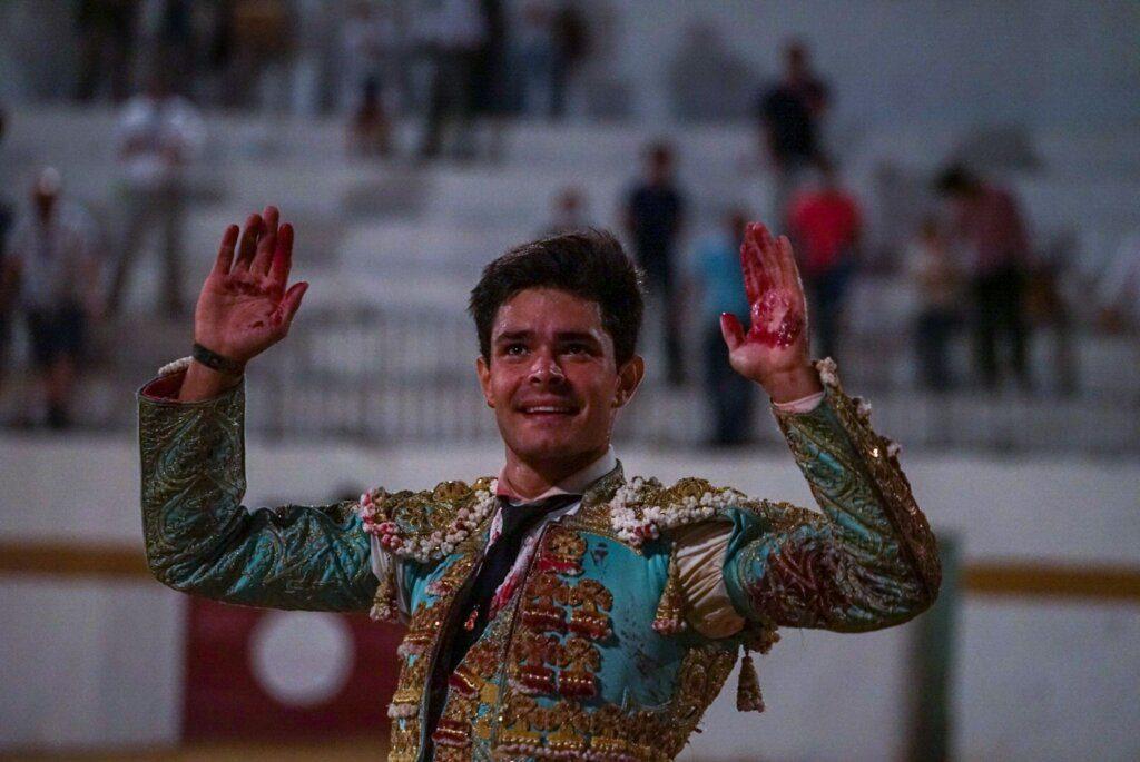 Fuentes de León: Juanito cortou duas orelhas
