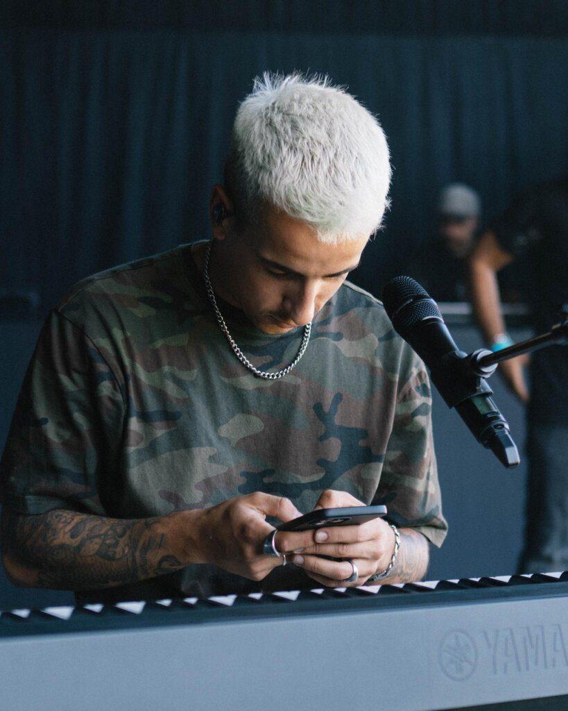 Penteado de Fernando Daniel gera polémica nas redes sociais e o cantor responde