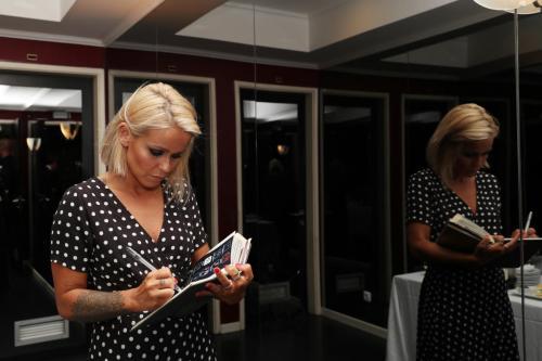 Aurea assina o livro de Honra do Casino Estoril 2